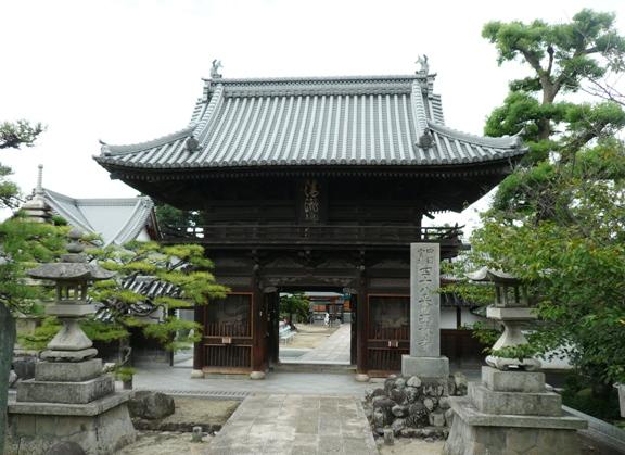 伊予の関所寺といわれる。仁王門の前に太鼓橋があり、そこから撮影したので ちょっと目線が高い♪