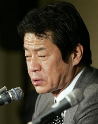 G7閉幕後、記者会見に臨んだ中川昭一元財務相兼金融担当相。泥酔が疑われるような「もうろう会見」の責任を取って辞表を提出し受理された(AP)=2009年02月14日
