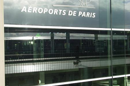CDG空港で散歩のベル1