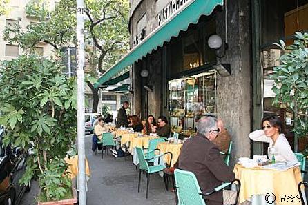 カフェ・パスティッチェリア前で