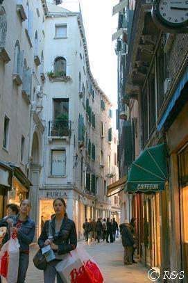 メルチェリエ通りのお菓子や付近1