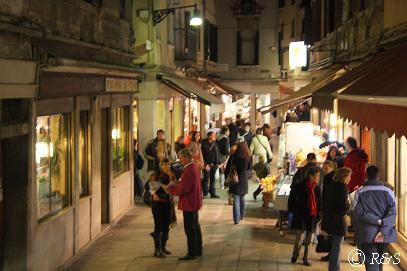 ホテル近くの夜の通り1