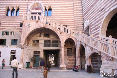 市庁舎の階段1