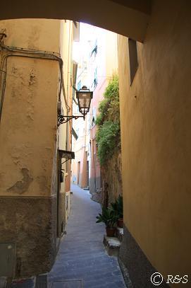 リオマッジョーレのホテルへの路地1