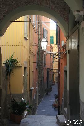 リオマッジョーレのホテルへの路地2