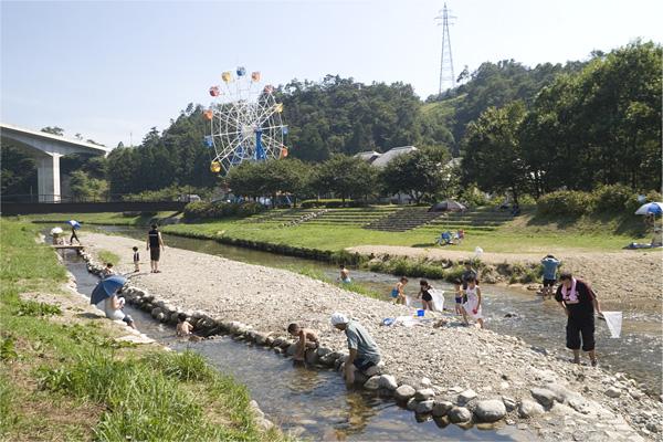 海竜の里センター近くの大久川での水遊びです。(2007年夏)