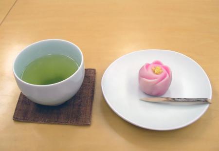 緑茶とピンクの和菓子