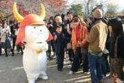 彦根城天守前広場で (毎日新聞)