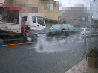 車が通ると水しぶきがっ!