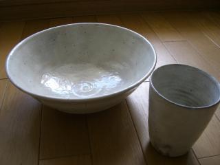 大きな鉢とカップ