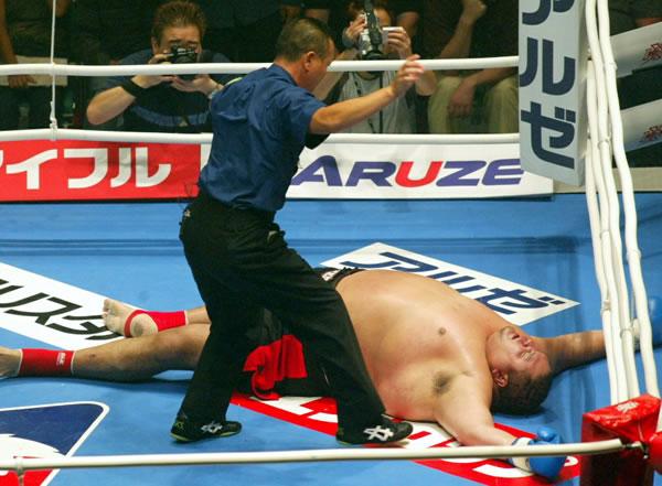 レミー・ボンヤスキーのハイキックで失神KO負けの曙太郎