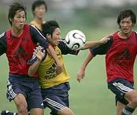 伊藤翔:紅白戦で競り合う
