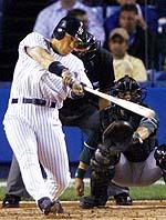 本塁打を放つ松井