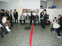 亀田興毅とファン・ランダエダの間の赤い鉄柵、計量での様子