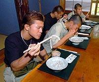 何やら食う亀田兄弟、次の試合は面白いのか?