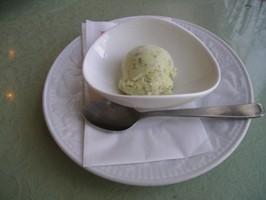 ごちそうランチのデザート バジルのアイスクリーム