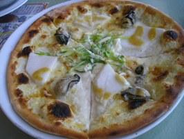 カブと広島産カキの柚子味噌ソースのピザ