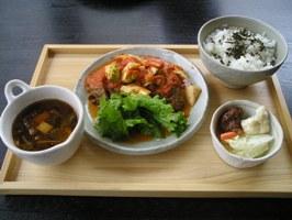 サラダ、スープ、三河地鶏のオーブン焼きプレート