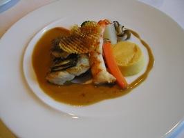 魚料理 白身魚、帆立貝、エビのポワレ ア・ラ・クレームソース