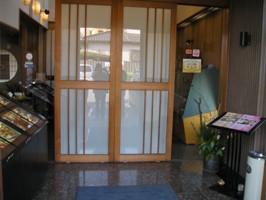 まるさんのお店の入口