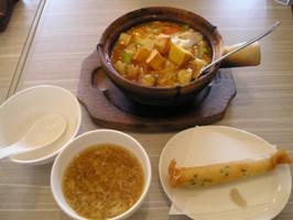 あつあつ土鍋チャーハンと香港セットのスープと春巻き