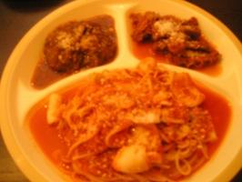 「鶏もも肉と春キャベツのトマトパスタ」とお惣菜2品