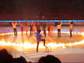火の輪の中のフィギュア選手