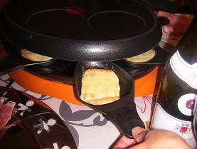ラクレットグリルでトロトロに溶かしたチーズ