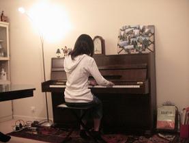 ピアノを弾くお姉さん