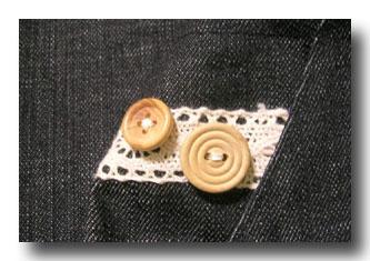 ポケット口にレースとボタン