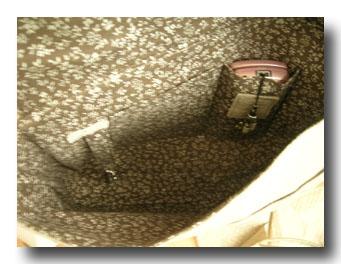 内側には2つ分割のポケットの一つを携帯電話用に