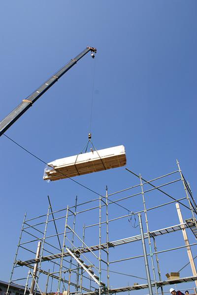 0223上棟_2階部分_グワーっと材木が持ち上がりました