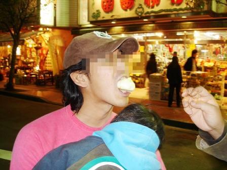 中華街で肉まんを