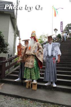 神社を出る 猿田彦