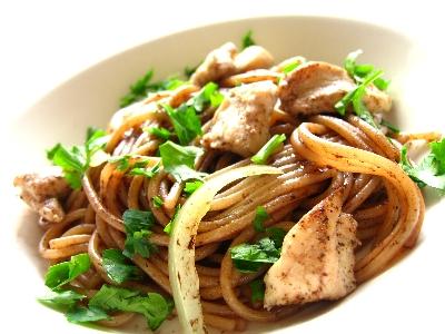チキンとブラックオリーブペーストのスパゲティ