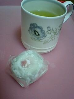 080303_2145~0001苺大福とお茶