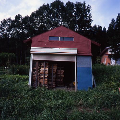 薪の積まれた小屋