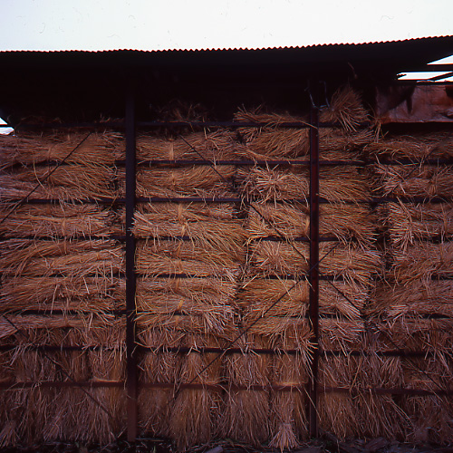 藁積みの小屋