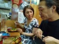 vo森川奈菜美さんg村山義光氏たこ焼きを食べる