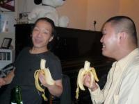 バナナを食べるg村山義光氏と二番弟子さん