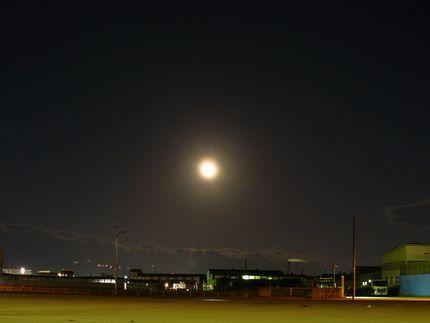函館港から見る月
