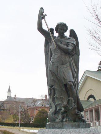 聖ミカエルの像