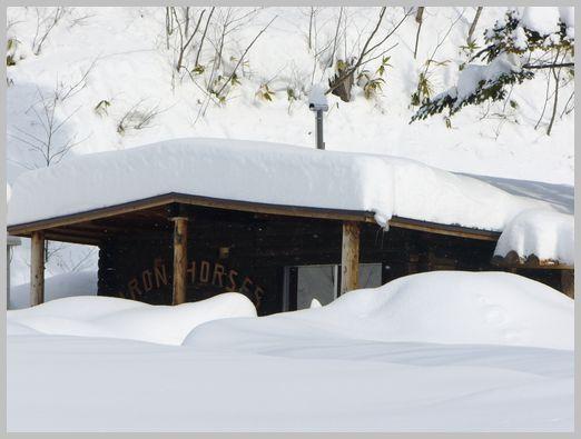 雪に埋もれる喫茶店