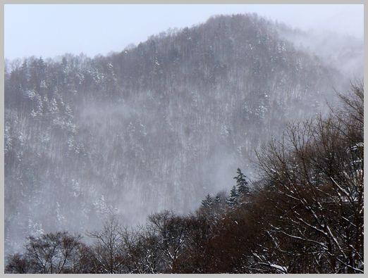強風の吹き荒れる山