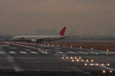 JAL B777-246 JL117@RWY14Lエンド(by EF100-400)