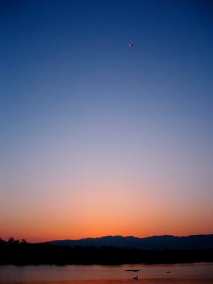昆陽池から見上げた残照の空(by IXY DIGITAL L3)