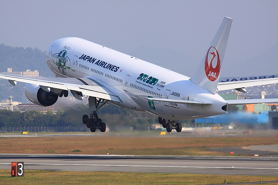 JAL B777-246 JAL102@伊丹スカイパーク(by EOS 50D with SIGMA APO 300mm F2.8 EX DG/HSM)