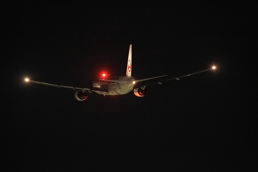 JAL B777-246 JAL134@RWY14Rエンド・猪名川土手(by EOS50D with SIGMA APO 300mm F2.8 EX DG/HSM)