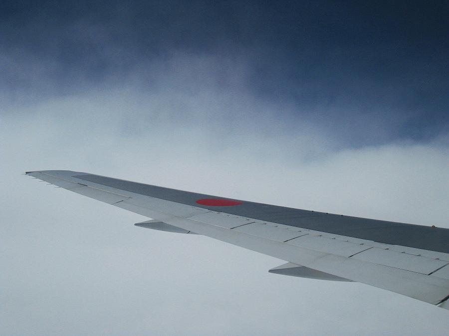 やっとちょこっと青い空が見えた(^_^)@ANA421機内(by IXY DIGITAL 910IS)