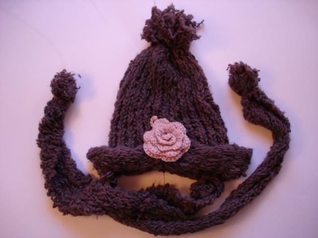 薔薇のマフラー付きニット帽